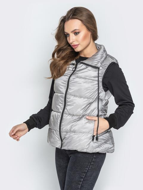 Серый жилет с вобъёмным воротником и удлиненной спинкой - 20312, фото 1 – интернет-магазин Dressa