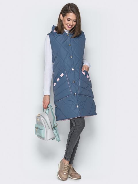 Удлиненный жилет с капюшоном и накладными карманами голубой - 20257, фото 1 – интернет-магазин Dressa