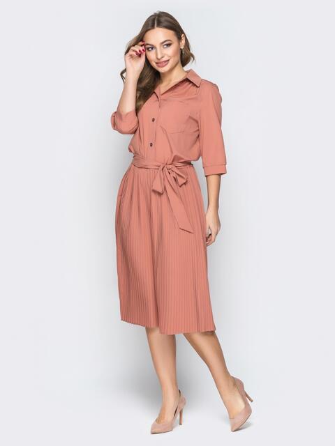 Персиковое платье-рубашка с юбкой-плиссе и поясом - 19596, фото 1 – интернет-магазин Dressa