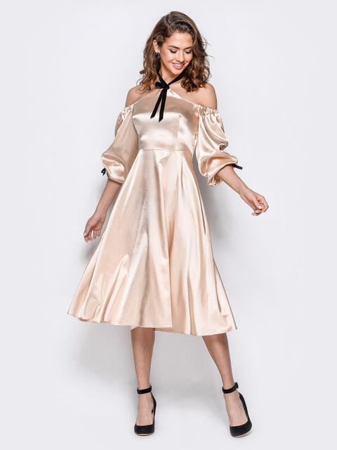 Атласное платье бежевого цвета с открытыми плечами - 18109, фото 1 – интернет-магазин Dressa