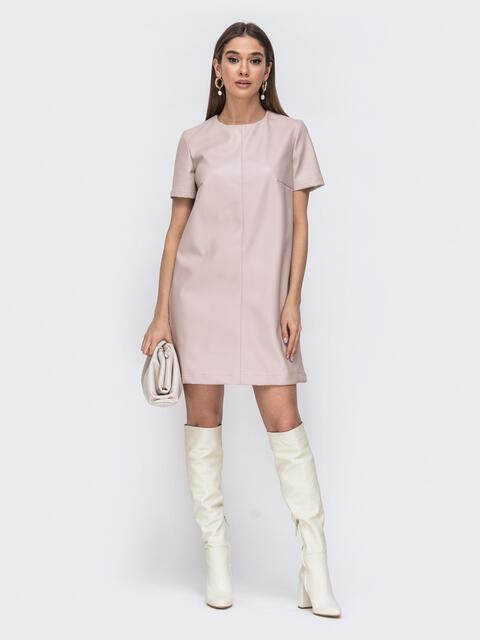 Свободное платье-мини из эко-кожи бежевое - 44779, фото 1 – интернет-магазин Dressa
