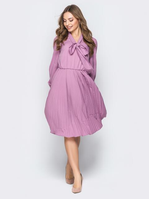 Сиреневое платье с юбкой-плиссе и воротником аскот - 19590, фото 1 – интернет-магазин Dressa