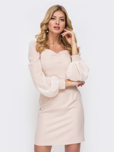 Бежевое платье-футляр с фигурным вырезом - 45677, фото 1 – интернет-магазин Dressa