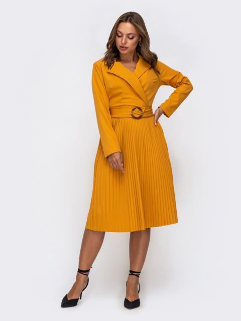 Желтое платье с лифом на запах и юбкой-плиссе 50240, фото 1