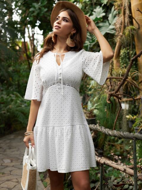 Приталенное платье из прошвы с воланом по низу белое 53454, фото 1