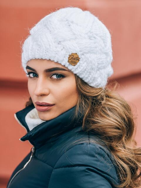 """Белая вязаная шапка с объемными """"косами"""" - 14860, фото 2 – интернет-магазин Dressa"""