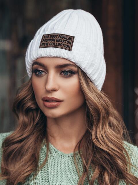 Белая шапка с отворотом и нашивкой - 15375, фото 2 – интернет-магазин Dressa