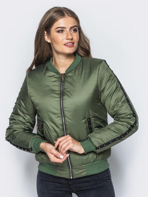 Демисезонная куртка цвета хаки с бусинами на рукавах и карманах - 14687, фото 1 – интернет-магазин Dressa