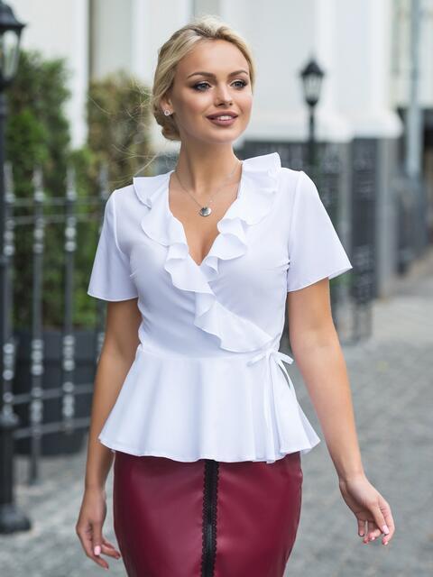 Белая блузка на запах с оборкой на груди - 13228, фото 1 – интернет-магазин Dressa