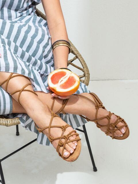 Босоножки-гладиаторы коричневого цвета - 47293, фото 1 – интернет-магазин Dressa