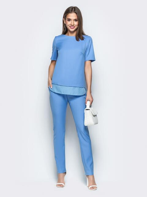Брючный комплект с контрастными вставками на блузке голубой - 21536, фото 1 – интернет-магазин Dressa