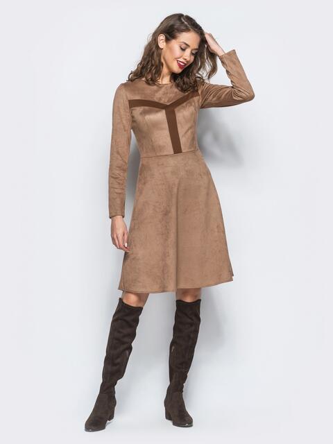 Замшевое платье бежевого цвета с контрастными вставками на полочке - 18231, фото 1 – интернет-магазин Dressa