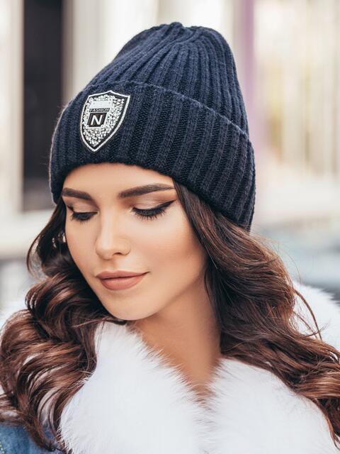 Темно-синяя шапка с фурнитурой - 15601, фото 1 – интернет-магазин Dressa
