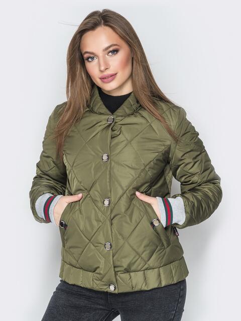 Стёганая куртка на кнопках с карманами хаки - 20259, фото 1 – интернет-магазин Dressa