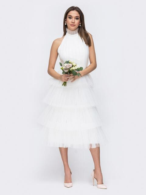 Белое платье с открытой спиной и многоярусной юбкой - 44764, фото 1 – интернет-магазин Dressa