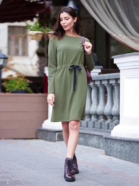 Платье цвета хаки из креп-дайвинга с кулиской на поясе - 17569, фото 1 – интернет-магазин Dressa