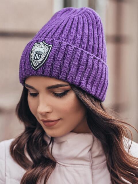 Фиолетовая шапка с фурнитурой - 15602, фото 1 – интернет-магазин Dressa