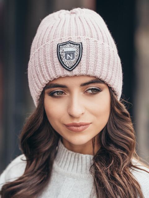 Розовая шапка с фурнитурой - 15604, фото 1 – интернет-магазин Dressa