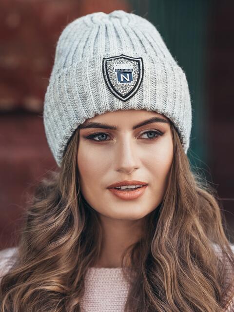 Серая шапка с фурнитурой - 15603, фото 1 – интернет-магазин Dressa