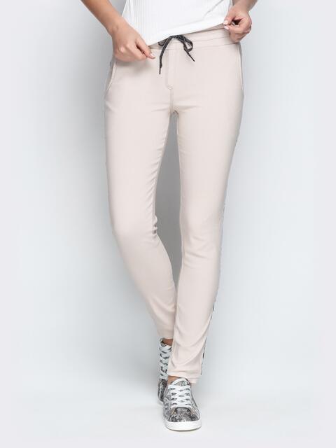 Бежевые брюки с резинкой по талии и контрастными лампасами - 21064, фото 1 – интернет-магазин Dressa