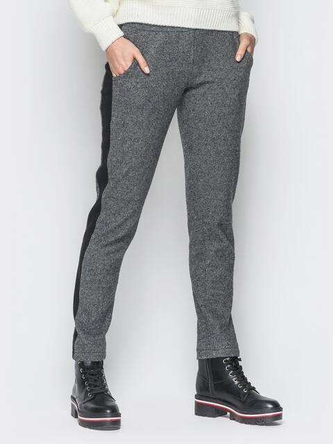 Серые жаккардовые брюки с замшевыми лампасами - 18879, фото 1 – интернет-магазин Dressa