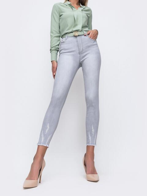 Укороченные джинсы серого цвета с потёртостями 49420, фото 1