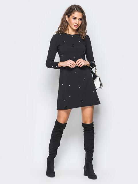 Черное платье А-силуэта с жемчужинами на полочке - 17486, фото 1 – интернет-магазин Dressa