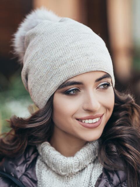 Бежевая шапка со стразами - 14722, фото 1 – интернет-магазин Dressa