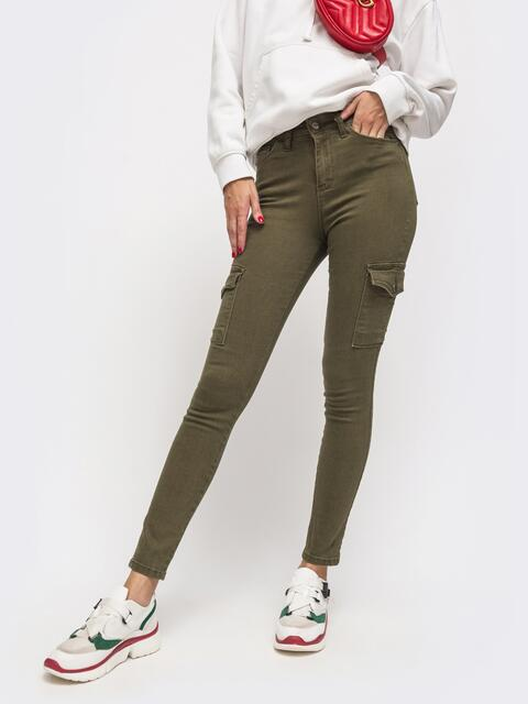Обтягивающие джинсы с накладными карманами хаки - 41897, фото 1 – интернет-магазин Dressa