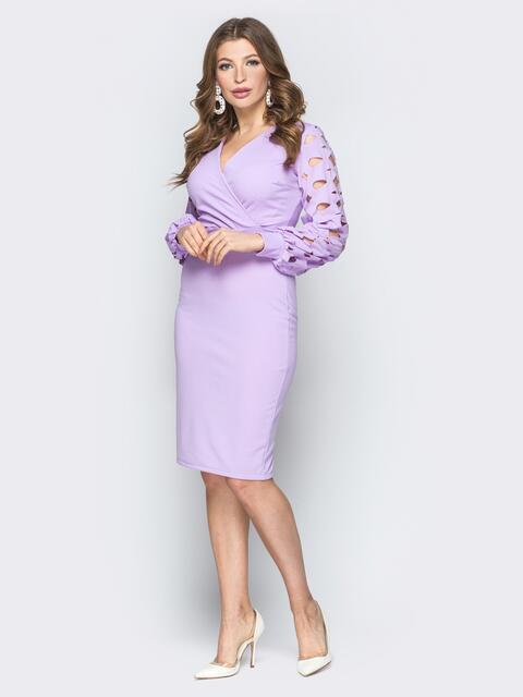 Сиреневое платье на ложный запах с перфорированными рукавами - 19307, фото 1 – интернет-магазин Dressa