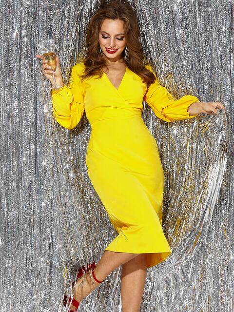 Желтое платье-миди с V-вырезом и резинками на манжетах - 42983, фото 1 – интернет-магазин Dressa