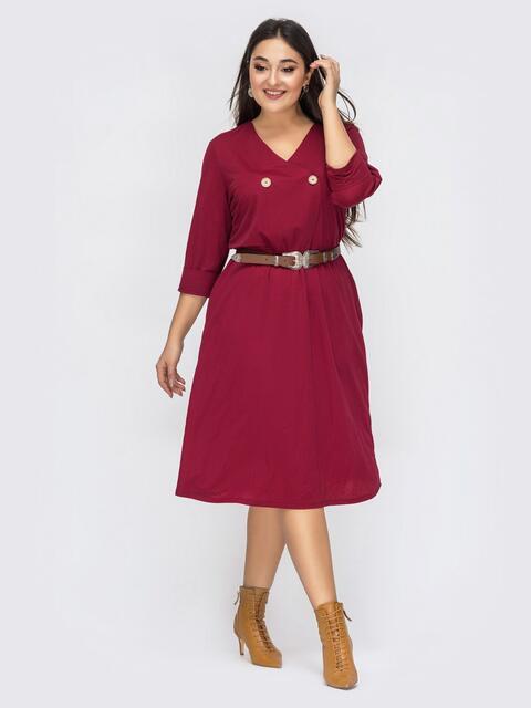 Расклешенное платье батал бордового цвета с V-вырезом - 44409, фото 1 – интернет-магазин Dressa
