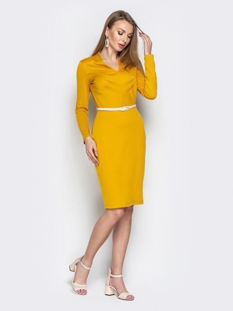 Горчичное платье-футляр с V-вырезом - 20492, фото 1 – интернет-магазин Dressa