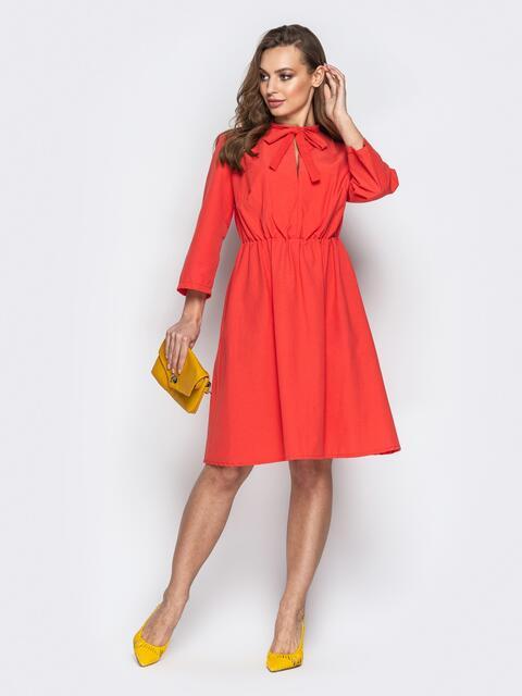 Коралловое платье с воротником аскот и резинкой по талии - 20653, фото 1 – интернет-магазин Dressa