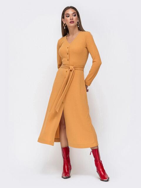 Приталенное платье из трикотажа с нитью люрекса горчичное 41744, фото 1