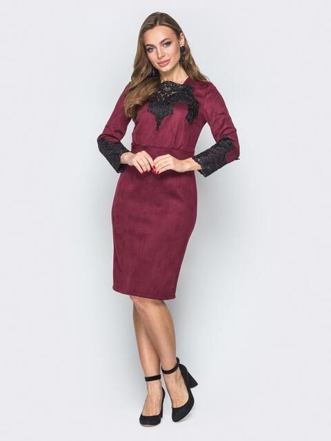 Бордовое платье из замши со вшитым поясом и гипюром - 19980, фото 1 – интернет-магазин Dressa