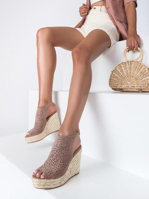 Пудровые босоножки из искусственной замши с перфорацией - 49678, фото 1 – интернет-магазин Dressa