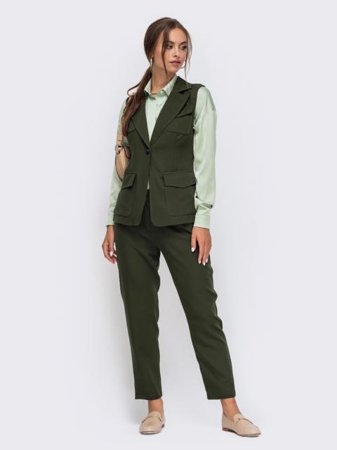 Комплект зелёного цвета из жилета с карманами и брюк 50171, фото 1