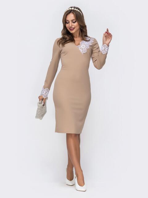 Платье приталенного кроя с кружевными манжетами бежевое - 42733, фото 1 – интернет-магазин Dressa