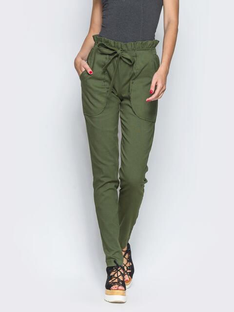 Хаки брюки с высокой посадкой и оборкой на поясе - 12776, фото 1 – интернет-магазин Dressa