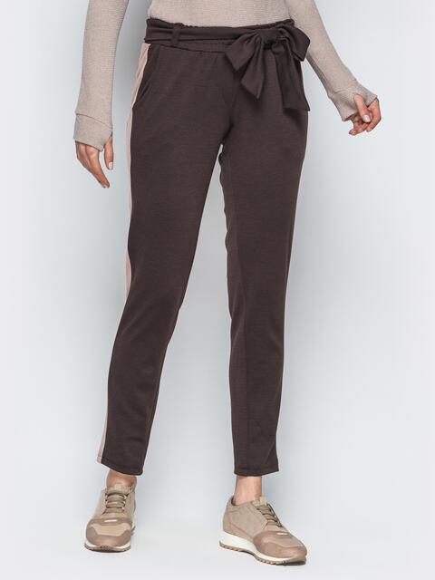 Коричневые трикотажные брюки с бежевыми лампасами - 18882, фото 1 – интернет-магазин Dressa