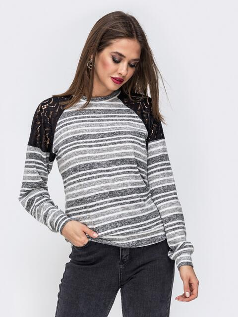Серый свитшот в полоску с гипюровыми вставками - 42614, фото 1 – интернет-магазин Dressa