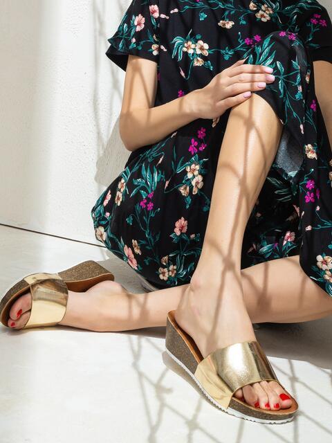 Золотистые шлепанцы на толстой подошве - 47528, фото 1 – интернет-магазин Dressa