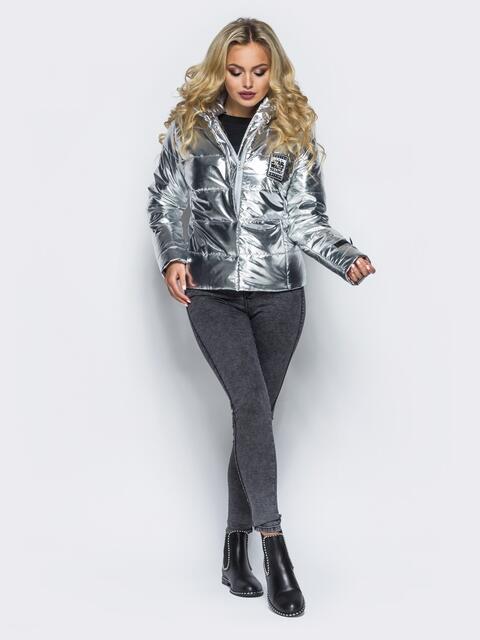 Куртка серебристого цвета со съемным капюшоном и карманами на молнии - 16685, фото 1 – интернет-магазин Dressa