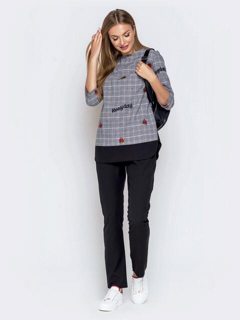 Брючный комплект с принтованной блузкой серый - 40243, фото 1 – интернет-магазин Dressa