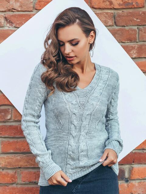 Полуприталенный свитер серого цвета с v-образным вырезом горловины 16041, фото 1