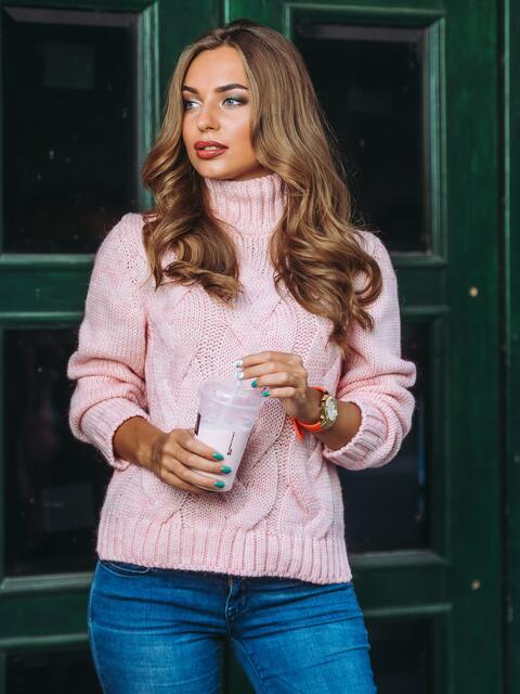 Свитер с объемной горловиной и рельефной вязкой на полочке розовый - 13025, фото 1 – интернет-магазин Dressa