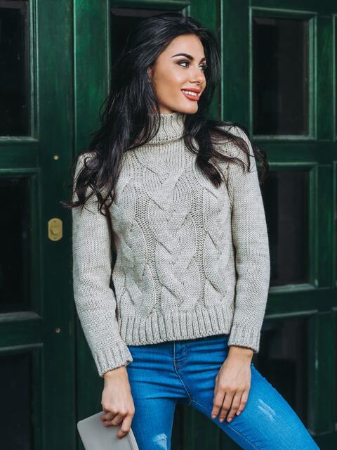 Свитер с объемной горловиной и рельефной вязкой на полочке светло-серый - 13023, фото 1 – интернет-магазин Dressa
