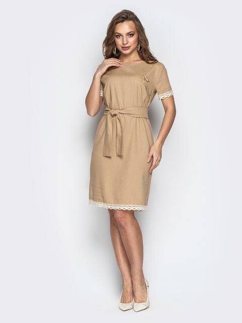 Свободное платье с кружевом по низу и поясом бежевое - 21160, фото 1 – интернет-магазин Dressa