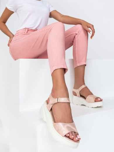 Розовые босоножки с питоновой фактурой на массивной подошве - 49801, фото 1 – интернет-магазин Dressa